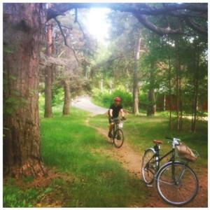 Pyöräilyä Aulangon puistometsässä, Hämeenlinna