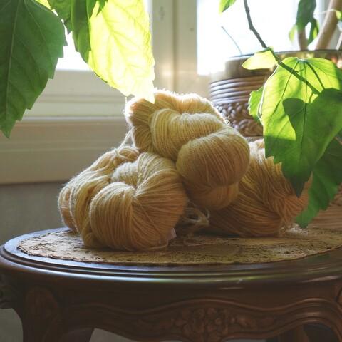 Värjää langat ja tekstiilit luonnon omilla väreillä