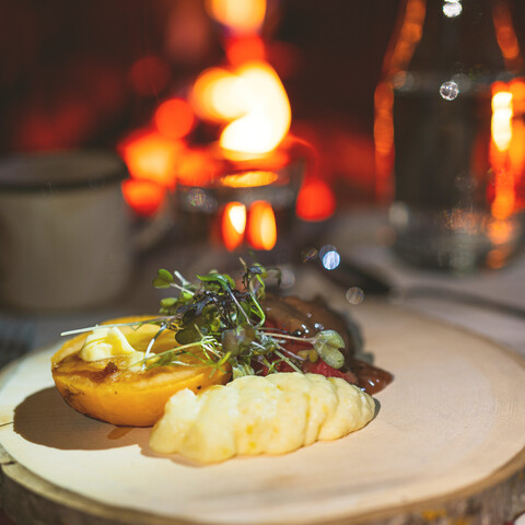 Premium dinner for two in a hut near by Venetjärvi lake.