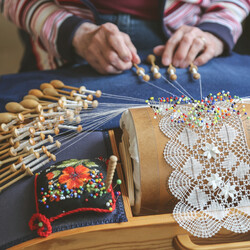 Get to know the secrets of bobbin lace making (only in Finnish)