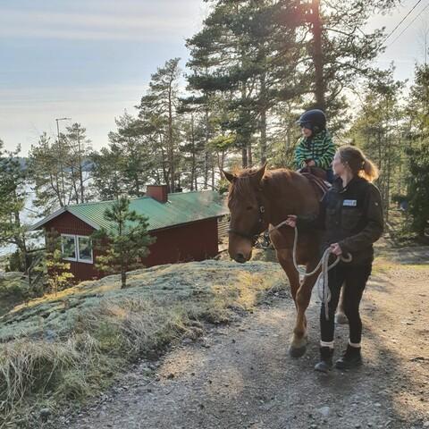 Cowboy-talutusratsastus Björkholman saarella