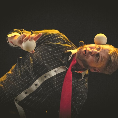 Learn juggling with a circus artist