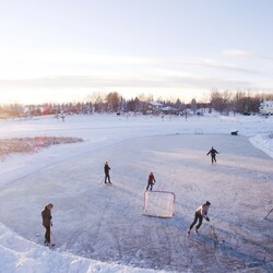 Play ice hockey on nature ice